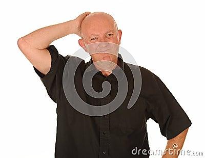 Homem envelhecido médio confuso