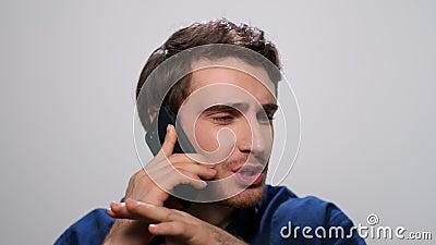 Homem falando ao telefone em estúdio Cara gritando durante a conversa telefônica vídeos de arquivo