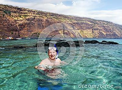 Homem feliz que snorkeling