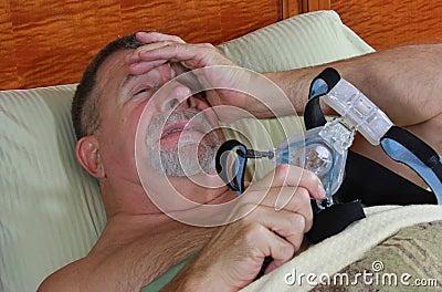 Homem frustrado com CPAP