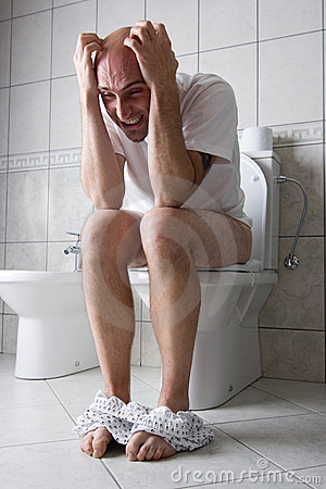Homem frustrante no assento de toalete