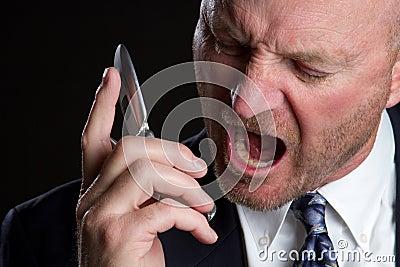 Homem gritando do telefone