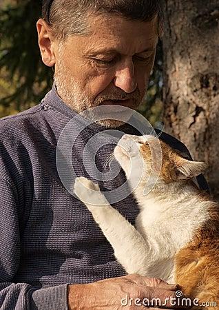 Homem idoso com um gato