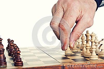 Homem idoso que joga a xadrez