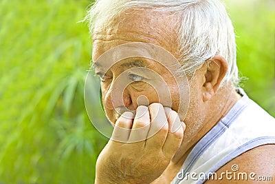 Homem idoso só e triste