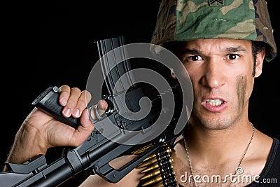 Homem irritado do exército