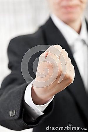Homem irritado que gesticula o punho