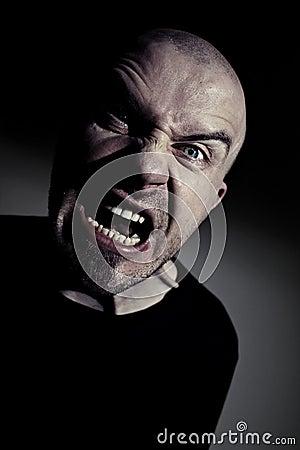 Homem louco que grita