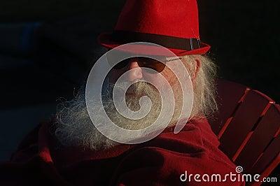 Homem maduro com a barba branca longa