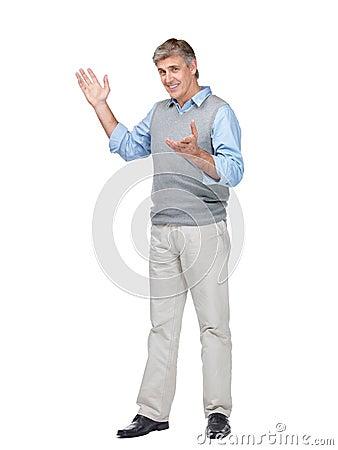 Homem maduro feliz que gesticula no copyspace