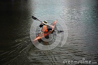 Homem na canoa