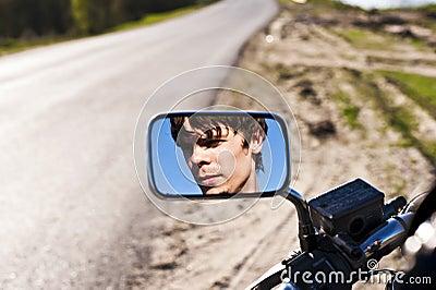 Homem na reflexão