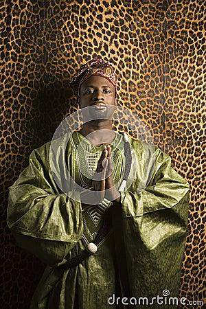 Homem na roupa africana tradicional.