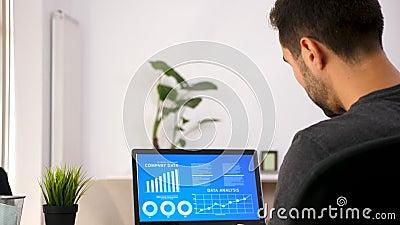 Homem na sala de visitas que olha a carta animado da análise de dados filme