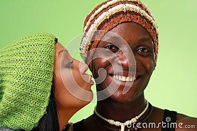 Homem negro do beijo da mulher branca