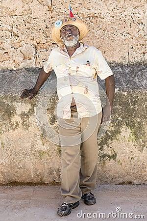 Homem negro idoso que fuma um charuto cubano em Havana velho Foto de Stock Editorial