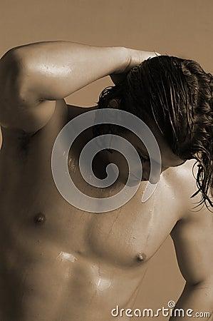 Homem novo com cabelo molhado