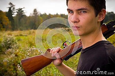 Homem novo com rifle