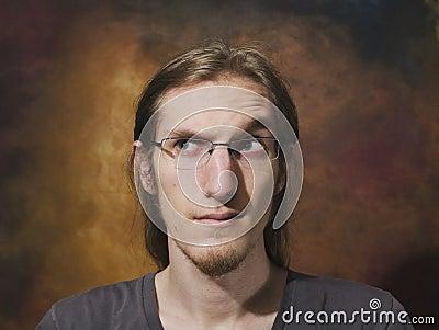 Homem novo com sobrancelha aumentada