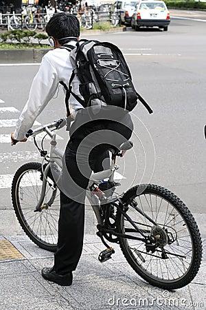 Homem novo em uma bicicleta