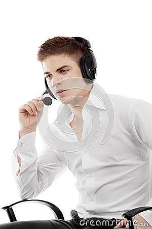 Homem novo nos auriculares