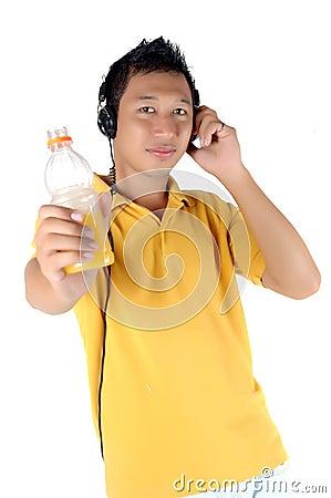 Homem novo que escuta a música