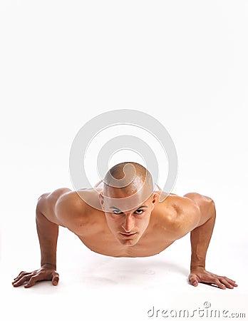 Homem novo que faz um pushup