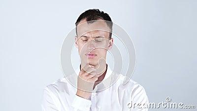 Homem pensativo sessão de reflexão de pensamento pensamento caucasiano do homem do maleYoung, vídeos de arquivo