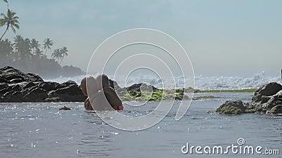 Homem positivo com filho pequeno se divirta em água calma no oceano video estoque
