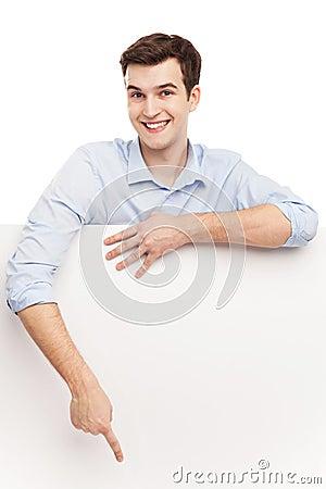 Homem que aponta no cartaz vazio