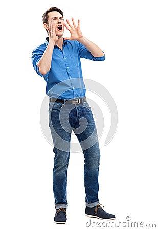 Homem que chama com mãos perto de sua boca