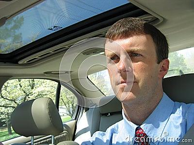 Homem que conduz o carro ao trabalho