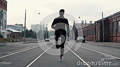 Homem que corre no meio da rua Tiro do fundo Movimento lento Conceito abstrato do sucesso e da fama individuais vídeos de arquivo