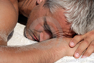 Homem que dorme em uma praia