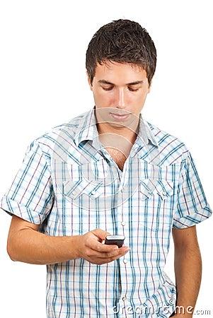 Homem que emite mensagens no móbil do telefone