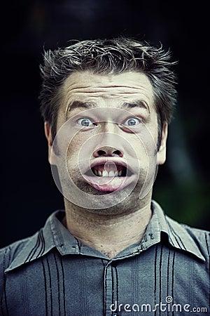 Homem que faz uma face engraçada