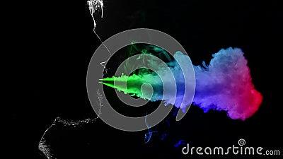 Homem que fuma o cigarro eletrônico Fumo Multi-colored Silhueta Movimento lento vídeos de arquivo