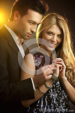 Homem que gifting um anel