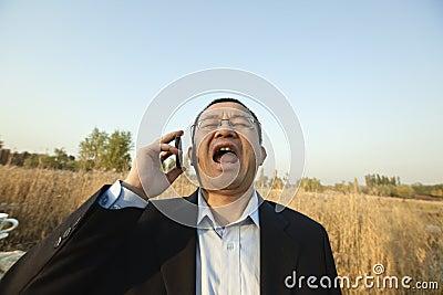 Homem que grita no telefone