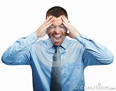 Homem que grita para fora ruidosamente por causa de uma dor de cabeça