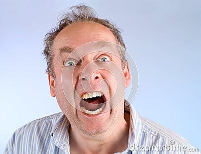 Homem que grita sobre algo