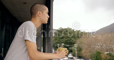 Homem que guarda o copo de café ao estar no balcão 4k video estoque