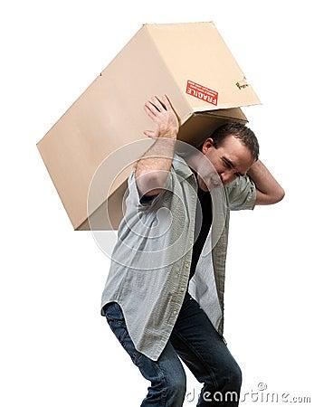 Homem que levanta a caixa pesada