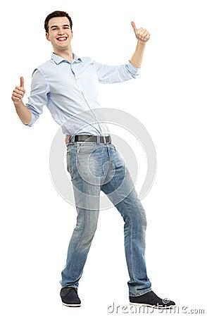 Homem que mostra os polegares acima