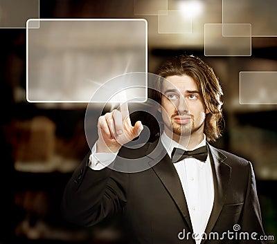 Homem que olha e que aponta uma tela de toque