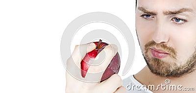 Homem que olha fixamente em uma maçã