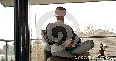 Homem que senta-se na cadeira em casa 4k do braço vídeos de arquivo