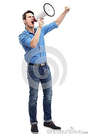 Homem que shouting através do megafone