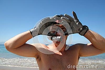 Homem que snorkeling