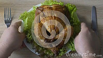 Homem que vai comer a parcela grande do frango frito no restaurante, comendo demais o problema filme
